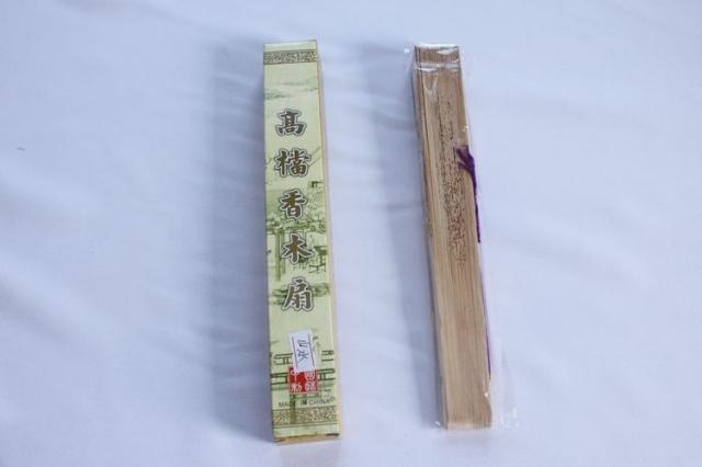 木制工艺折扇 木制工艺折扇 图案:兰花图案(有香味) 材质:扇架木头