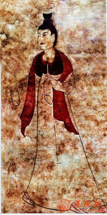 初唐壁画中梳高髻、身穿半袖衣裙披帛的仕女形象
