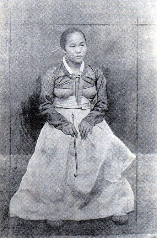 韩国露乳装