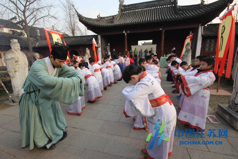 """""""穿汉服免费游大成殿""""的活动在南京夫子庙大成殿举行"""